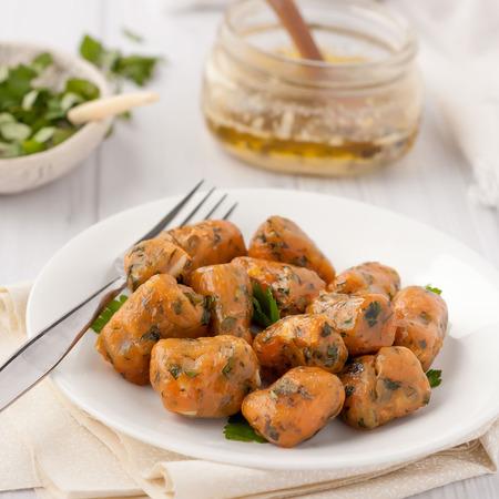 zelfgemaakte pompoen gnocchi geserveerd met salie boter Stockfoto