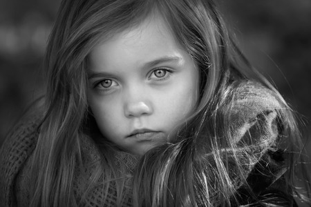 외부 촬영에 긴 머리를 가진 아름 다운 젊은 여자의 흑백 초상화 스톡 콘텐츠