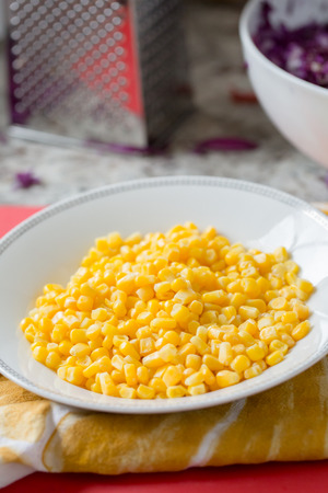 fresh sweet yellow corn kernels in white bowl Banque d'images