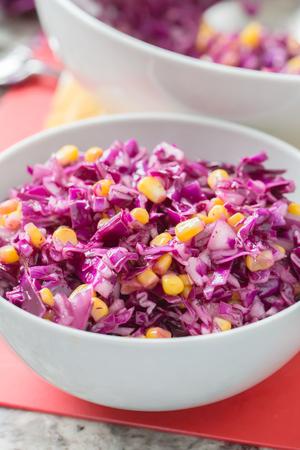 Ensalada de repollo rojo y maíz en un tazón blanco