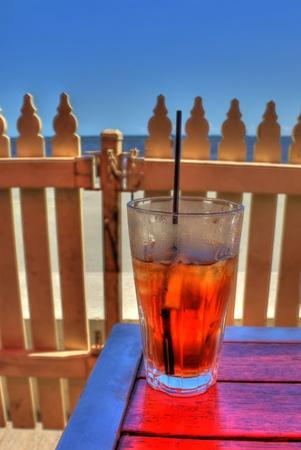 té helado: Vaso de té helado en un bar de la playa