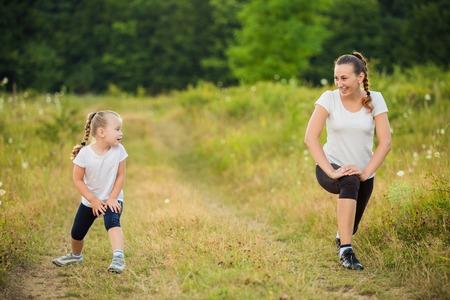 niños sanos: niño con su madre en el tren de la naturaleza