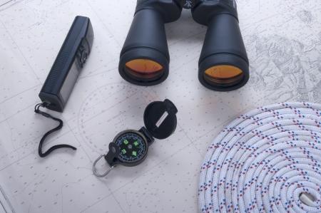binocolo e bussola e corda su GPS e carta nautica