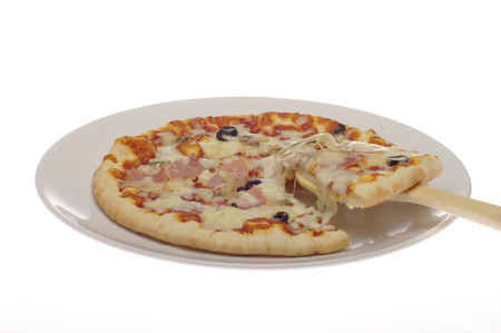 fantasque: Pizza capricieuse sur un fond blanc