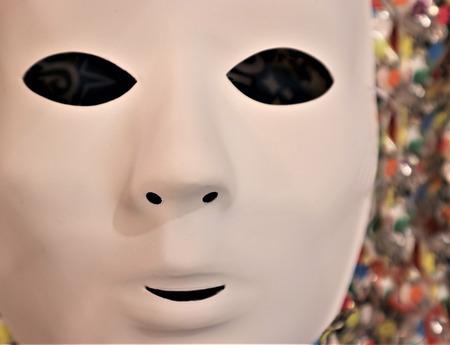 masque de carnaval sur fond de guirlandes colorées