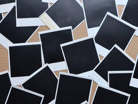 Set di cornici per foto retrò Molte polaroid su uno sfondo di cartone Foto d'epoca. Vista dall'alto. Lay piatto Archivio Fotografico