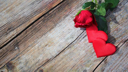 Banner. Red roses flowers with red hearts on old wooden background. Romantic Valentines holidays concept. Copy space. Top view. Valentine's day greeting card. 版權商用圖片