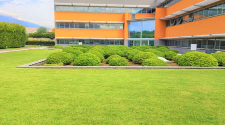 modern office building with a huge green grass lawn. very large front yard. 版權商用圖片