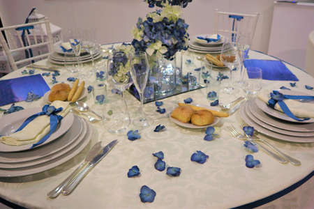 Wedding decoration. Wedding celebration. Banquet table designed in Art Nouveau style for a wedding party Flower decorations for holidays and wedding dinner. Banquet table designed with trendy blue classic color for a wedding party 版權商用圖片