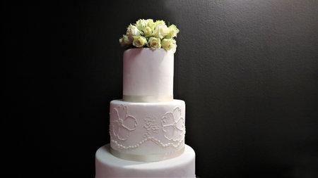 White wedding cake with flowers, roses 版權商用圖片