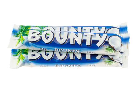 bounty: Arad, Rumania - 12 de enero de tiro 2012 barras de chocolate Bounty estudio, aislado en fondo blanco