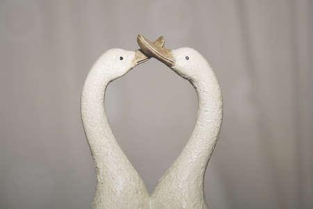 거위: 키스 도자기 오리의 이미지 ornamanet 스톡 사진
