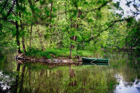 Paysage. Un petit bateau sur l'eau près de l'île.