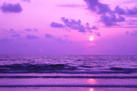 playas tropicales: puesta de sol sobre el mar