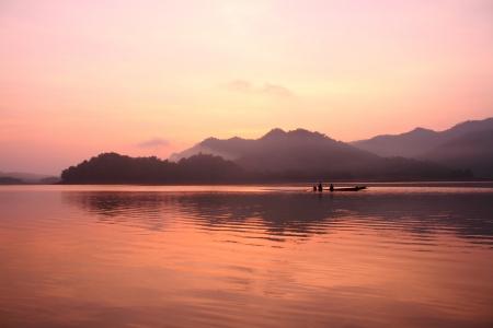Lago, el paisaje y viejo barco Foto de archivo - 13637689