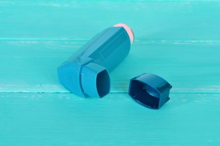 inhalador para el asma. tratamiento inhalación de enfermedades respiratorias. concepto de alergia. Asma bronquial