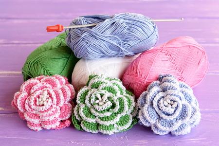 Rosa, Grün Und Blau Gehäkelten Blumen Mit Perlen Verziert. Garne Aus ...