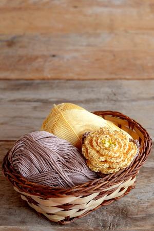Gelbe Häkelarbeitblume Mit Braunen Blättern Und Perlen, Haken ...