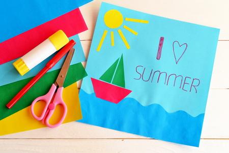 Kaart met tekst Ik hou van zomer. Papieren schip, zon, zee applique. Vakantie patroon. Rode pen, lijmstift, schaar, gekleurd papier. Leuk kunstidee voor kinderen. Zomervakantie achtergrond. Zomervakantie concept
