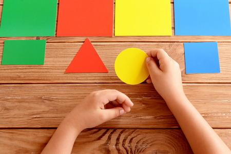 Kind Hält Papprosa Oval In Den Händen. Kind Lernt Farben Und ...
