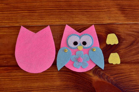 Stitched felt owl. Felt owl pattern. Stitched felt owl. How to make a cute felt owl toy - kids DIY crafts tutorial. Children sewing idea. Basic sewing projects for kids learning. DIY sewing tutorials