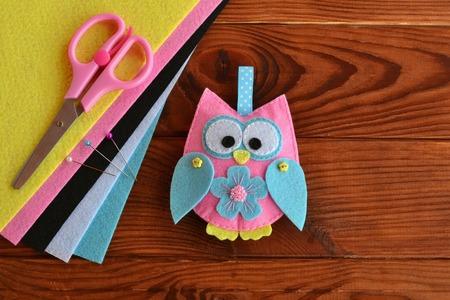 Felt owl embellishment. Felt owl toy. How To make a pretty felt owl - kids DIY crafts tutorial. Sheets of colored felt, scissors, wooden table