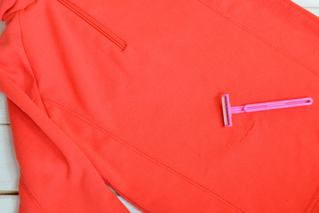 life extension: Shaving razor, red children sweater - how to clean clothes