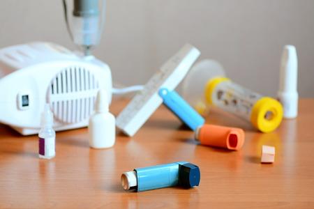 Tratamientos para el asma, drogas y equipos relacionados. Usando nebulizador, inhalador, medidor de flujo máximo, espaciador, medicamentos antiinflamatorios para controlar el asma. Enfermedad inflamatoria crónica de los bronquios Foto de archivo