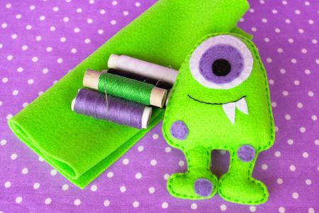 Groene vilt monster. Schattige handgemaakte speelgoed