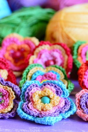 Bunte Häkelblumen-Kollektion. Häkeln Sie Blumen, Mehrfarbiges ...