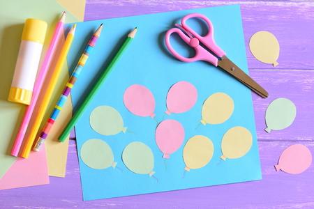 気球、はさみ、スティックのり、紙気球、色紙、テーブルの上に鉛筆と紙カード。空気の日や誕生日カード。保育園と幼稚園の楽しい造形活動。簡