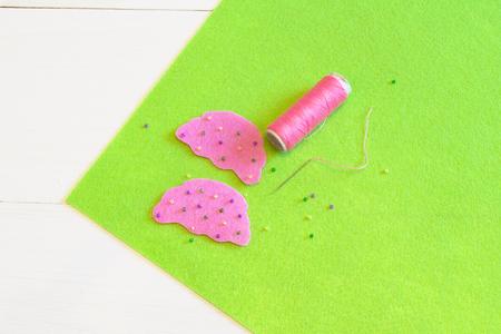 Naaiset voor vilten cupcake - hoe maak je een cupcake-speelgoed handgemaakt Stockfoto