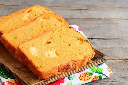 호박 치즈 빵 조각입니다. 호박 빵 나무 보드에 작성하는 치즈와 함께. 건강하고 맛있는 빵 제조법. 닫다