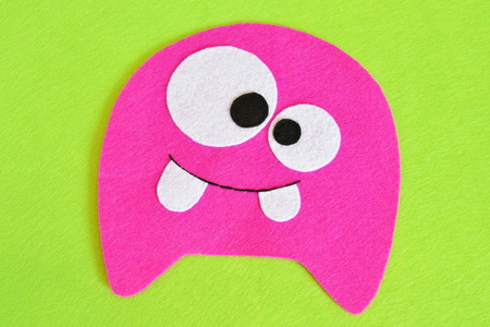 Naaien set voor roze viltmonster - hoe maak je een handgemaakte speelgoed