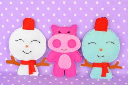 Handmade felt Christmas toys. Christmas felt ornaments. Cute and simple Christmas crafts 版權商用圖片