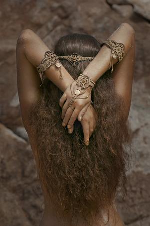 gitana: Muchacha hermosa en la joyería étnica