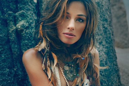 Tribal styl dívka na kamenných skalách Reklamní fotografie