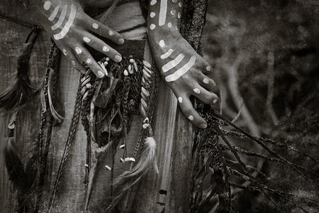Indias manos mujer cazadores se cierran para arriba