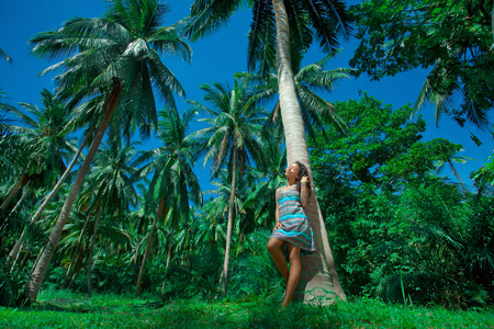 Mladá krása v palmách