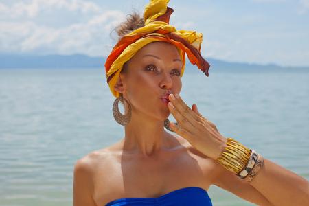 Stylová mladá žena s turban na pláži
