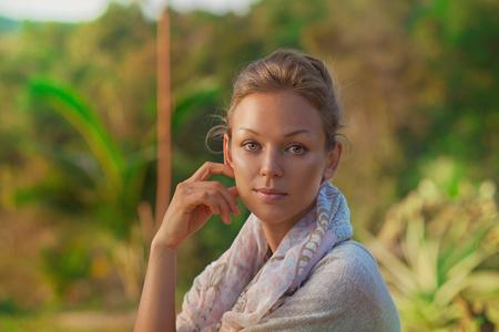 Krásná dívka portrét při západu slunce