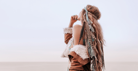 mode model portret buitenshuis. Boho stijl jonge vrouw met hoofddeksel gemaakt van veren