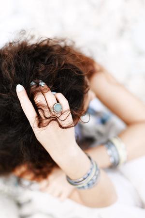 페 블 비치에 앉아 아름 다운 boho 스타일 된 여자의 가까이 스톡 콘텐츠