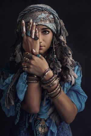 Zigeuner stijl jonge vrouw draagt een tribal juwelen portret Stockfoto