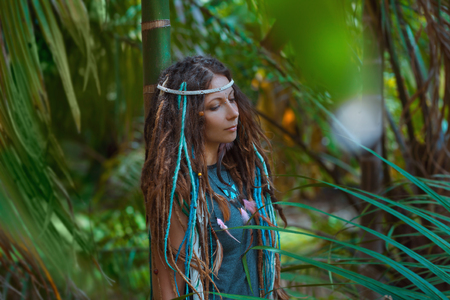 rastas: Retrato de joven mujer caucásica en el bosque de la selva Foto de archivo