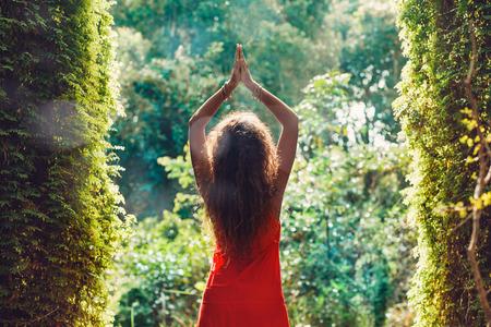 Attraktive junge Frau im roten Kleid im Wald