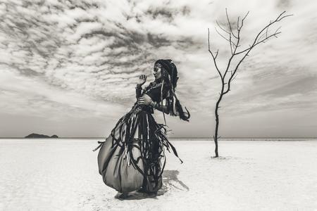 Schöne junge stilvolle Stammes-Tänzerin. Frau in orientalischer Tracht tanzt im Freien