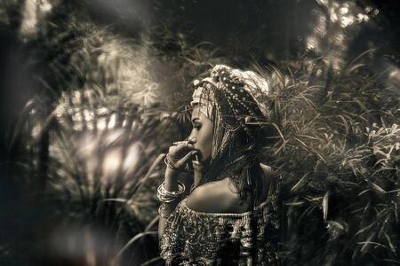 hermosa mujer joven y elegante sobre fondo tropical. concepto de doble exposición