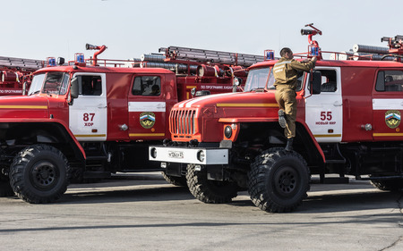 KHABAROVSK, RUSSIA, JULY 31, 2014: The firefighter is checking his equipment. 版權商用圖片 - 80969523