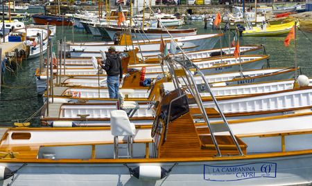 CAPRI ISLAND, ITALY, MAY 18, 2011: Yachts and boats in a berth. 新聞圖片